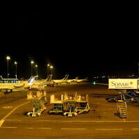 Des avions à l'arrêt sur le tarmac de l'aéroport de Lyon-Saint-Exupéry. (Crédit : StéfanLD / Wikimédia / CC BY-SA 3.0)
