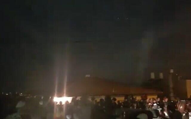 Capture d'écran d'une vidéo d'habitants d'implantation protestant contre les forces de sécurité alors qu'elles entourent une habitation  dans l'implantation de Yitzhar, en Cisjordanie, om un homme violant une ordonnnce administrative s'est barricadé, le 10 novembre 2019 (Capture d'écran :  Twitter)