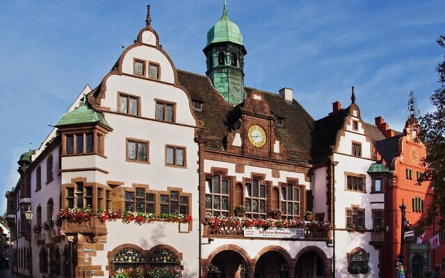 L'hôtel de ville de Fribourg-en-Brisgau, en Allemagne. (Crédit : joergens.mi / Wikimédia / CC BY-SA 3.0)