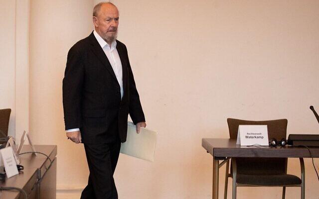 Peter Loth entre dans une salle d'audience de Hambourg, en Allemagne, pour le procès de Bruno Dey, un gardien du camp de concentration nazi de Stutthof, le 12 novembre 2019. (Christian Charisius/Pool/AFP)