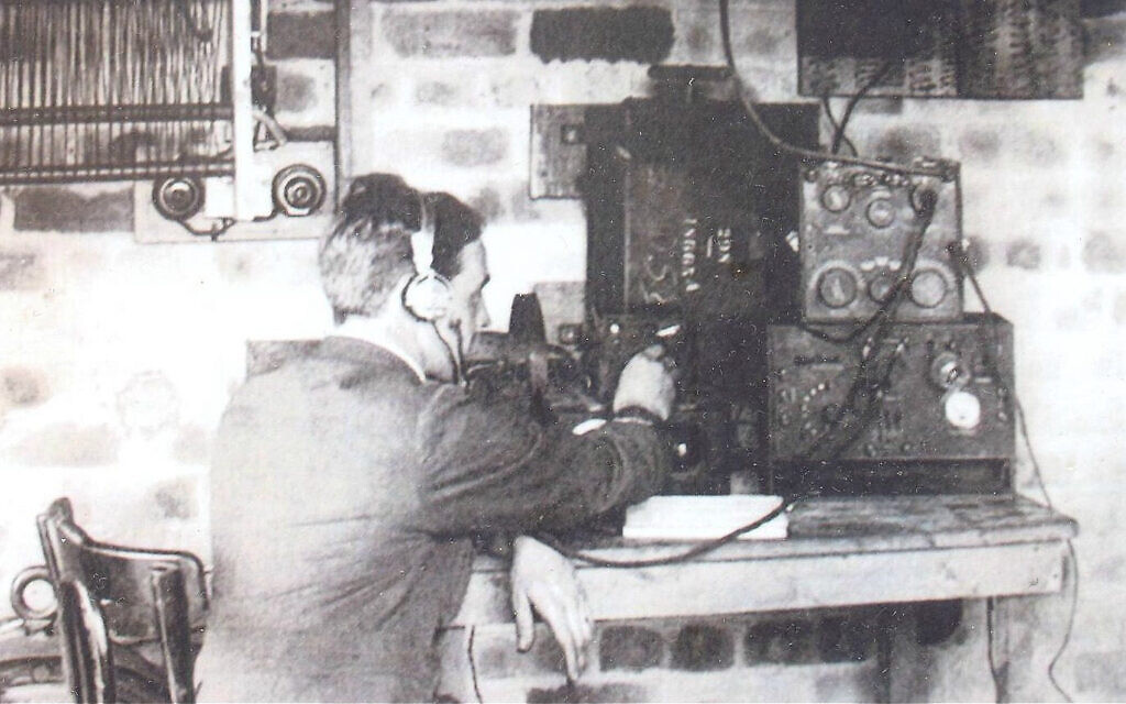 Un écouteur secret intercepte les conversations de prisonniers de guerre allemands. (Avec l'aimable autorisation de Helen Fry)