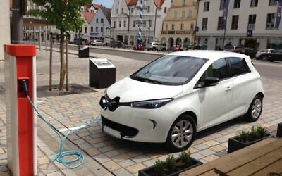 Une Renault Zoe face à une borne de rechargement. (Crédit : werner hillebrand-hansen / Wikimédia / CC BY-SA 2.0)