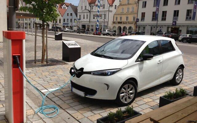 Une Renault Zoe face à une borne de rechargement. (Crédit : werner hillebrand-hansen / Wikimédia / CC BY-SA 2.0)
