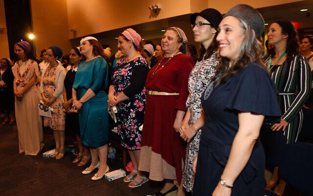 Les élèves de la Yeshivat Maharat lors d'une cérémonie de remise des diplômes à New York, le 17 juin 2017 (Crédit : Shulamit Seidler-Feller/Yeshivat Maharat via JTA)