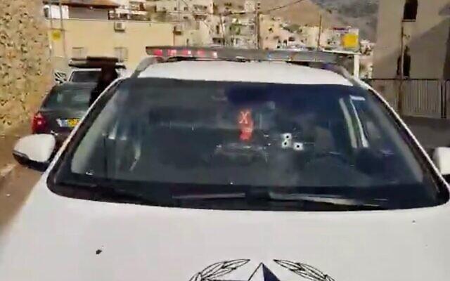 Les impacts de balle dans le pare-brise d'une voiture de police après des tirs dans la ville de  Deir al-Asad, dans le nord du pays, le 23 novembre 2019 (Capture d'écran : Twitter)