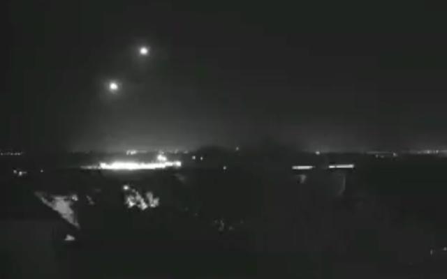 Des batteries anti-missiles du Dôme de fer interceptent des roquettes venant de Gaza et ciblant Sderot, le 26 novembre 2019. (Crédit : Hadashot Bitachon Sadeh)