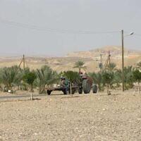 Un véhicule agricole dans le secteur de Tzofar, dans la région d'Arava, sur la frontière israélo-jordanienne, prêtée à l'Etat juif par la Jordanie dans le cadre de l'accord de paix de 1994 au mois de février 2007. (Crédit : Chaver83/Wikimedia Commons)