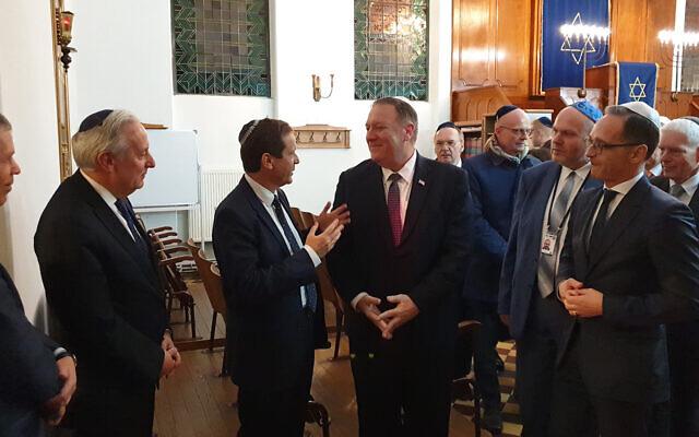 Le chef de l'Agence juive Isaac Herzog, à gauche, le secrétaire d'Etat américain Mike Pompeo au centre, et le ministre allemand des Affaires étrangères Heiko Maas à la synagogue de Halle, Allemagne, le 7 novembre 2019 (Autorisation : Agence juive pour Israël)