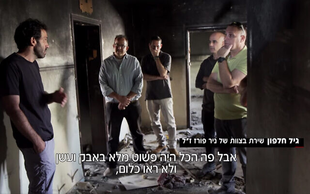 Gil Halfon, membre de l'équipe de Tsahal qui a tenté de sauver Nachson Wachsman des terroristes du Hamas qui l'ont tué, décrit l'opération aux amis de Wachsman dans la maison où il a été tué, novembre 2019. (Capture d'écran/Douzième chaîne)