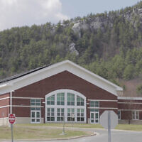 Le collège Monument Valley Regional Middle School à Great Barrington, Massachusetts. (Capture d'écran : YouTube)