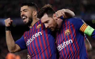 Les footballeurs Lionel Messi, à droite et Luis Suarez, après un but de Messi à Barcelon, le 13 mars 2019. (Crédit : AP Photo/Emilio Morenatti)