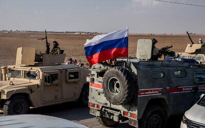 Les forces kurdes se retirent devant les forces russes dans une zone près de la frontière turque avec la Syrie, près de la ville d'Amuda, le 27 octobre 2019. (AP Photo/Baderkhan Ahmad)