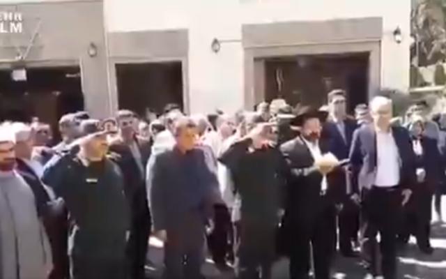 Des membres des Gardiens de la révolution iraniens participent à un office commémoratif juif en mémoire des soldats juifs tués pendant la guerre Iran-Irak, en octobre 2019. (Capture d'écran : Twitter)