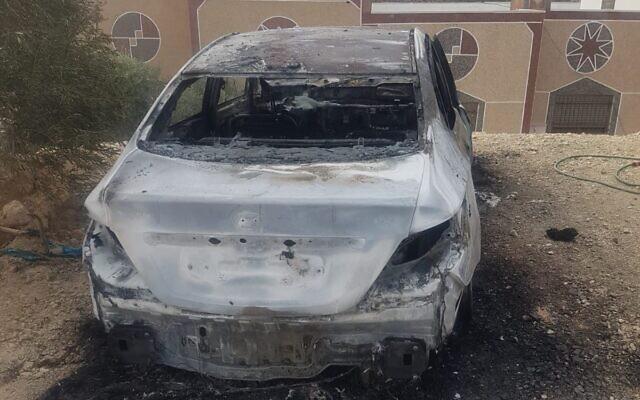 Une voiture incendiée dans un crime de haine présumé dans le village de Qabalan en Cisjordanie, le 22 novembre 2019. (Crédit : Municipalité de Qabalan)