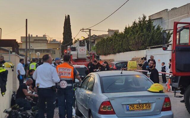 Les équipes d'urgence arrivent sur les lieux de l'incendie d'une résidence d'appartements à Netanya, le 22 novembre 2019 (Crédit : Magen David Adom)