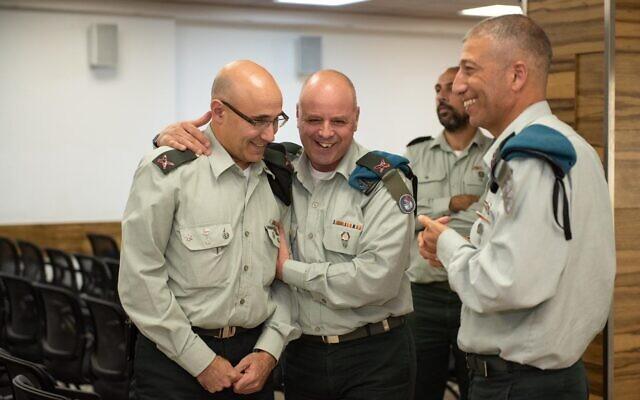 Le général de brigade Ziv Avtalion, (à gauche), prend la tête de l'Administration de la transformation numérique de l'armée israélienne lors d'une cérémonie au siège militaire de Tel Aviv, le 7 novembre 2019. (Armée israélienne)