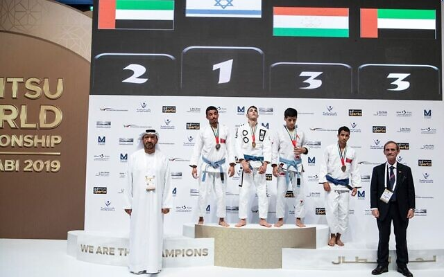 L'Israélien Alon Leviev, âgé de 17 ans, remporte la médaille d'or au Championnat du Monde Junior de Ju-Jitsu organisé à Abu Dhabi. (Crédit : Page Facebook de la Fédération internationale Ju-Jitsu).