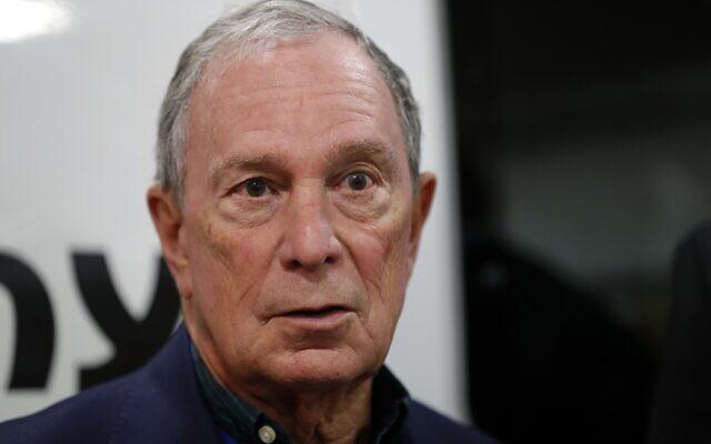 Michael Bloomberg, l'ancien maire de New York, s'exprime lors d'une conférence de presse après avoir visité la Paulson Electric Company le 4 décembre 2018 à Cedar Rapids, Iowa. (AP Photo/Charlie Neibergall)