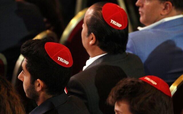 Des hommes, qui participent à une réunion de la Coalition juive républicain, portent des kippas rouges avec le nom 'Trump' inscrit dessus, le 6 avril 2019, alors qu'ils attendent que le président Donald Trump vienne s'exprimer à Las Vegas.(AP Photo / Jacquelyn Martin)