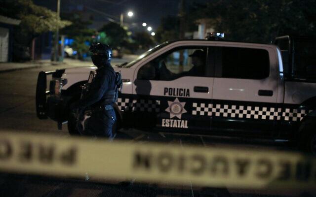 La police d'Etat conduit une opération dans une zone bouclée du quartier de Teresa Morales de Delgado de Coatzacoalcos, dans l'Etat du Veracruz, au Mexique, peu après minuit, le jeudi 29 août 2019. (AP Photo/Rebecca Blackwell)