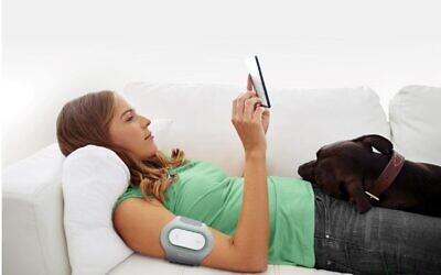 L'appareil Nerivio développé par Theranica Bioelectronics est placé sur le bras pour stimuler la voie neurale du corps et lutter contre la migraine. (Crédit)