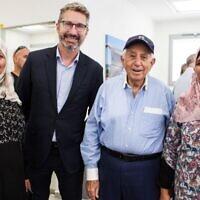 Harry Triguboff, en casquette, et Chris Cannan, l'ambassadeur australien en Israël, avec des femmes Bédouin qui ont profité du Switch Center. (SNAP Photography/via JTA)