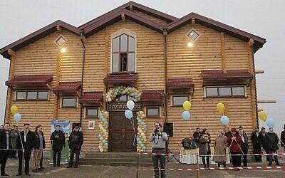 Des réfugiés juifs à Anatevka célèbrent l'ouverture de la nouvelle synagogue de la communauté, le 29 février 2016. (Crédit du Bureau du rabbin Moshe Azman)