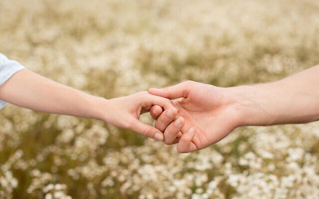 Image d'un couple qui se tient la main.(LightFieldStudios; iStock par Getty Images)