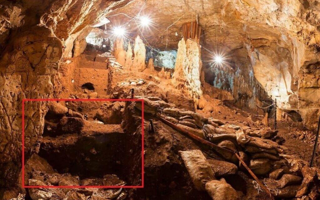 Une vue de la grotte de Manot avec une marque sur la zone où des dents vieilles de 40 000 ans ont été trouvées (Crédit : Professeur   Israel Hershkovitz)
