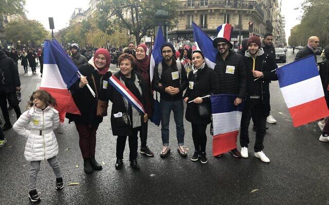 Esther Benbassa, accompagnée d'une fillette au manteau arborant une étoile jaune, à la marche contre l'islamophobie à Paris, le 10 novembre 2019. (Crédit  :  Twitter)