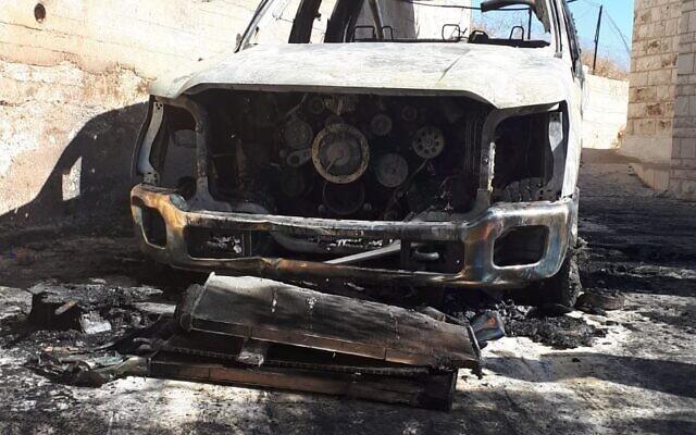 Une voiture incendiée dans le village de Taybeh, en Cisjordanie, le 29 novembre 2019 (Crédit : Conseil de Taybeh)