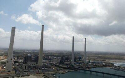 Le littoral de Hadera, avec la centrale électrique d'Orot Rabin, en grande partie alimentée au charbon, le 16 avril 2013. (Flash90)