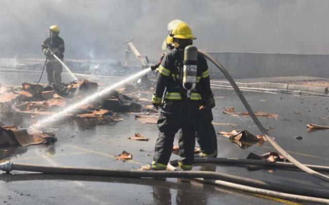 Les sapeurs-pompiers combattent un incendie dans une zone industrielle située près de la ville bédouine de Rahat, le 18 novembre 2019 (Crédit : Services des incendies et des secours)