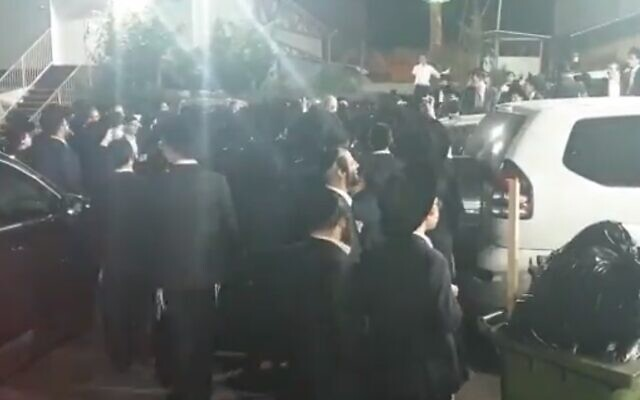 Le chef de Kakhol lavan Benny Gantz hué à son entrée dans la salle de mariage du fils du député ultra-orthodoxe Yaakov Asher, le 10 novembre 2019. (Crédit : capture d'écran Kan)