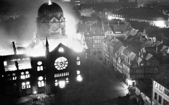 Une synagogue de Hanovre, en Allemagne, incendiée pendant le pogrom de la Nuit de Cristal, les 9 et 10 novembre 1938. (Crédit: Domaine public)
