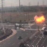 Le moment om une roquette s'est abattue sur la Route 4, près de Gan Yavne, le 12 novembre 2019 (Capture d'écran/Treizième chaîne)