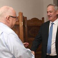 Le président Reuven Rivlin (à gauche) et le chef du parti Kakhol lavan Benny Gantz se rencontrent à la Résidence du Président à Jérusalem, le 16 novembre 2019. (Mark Neiman/GPO)