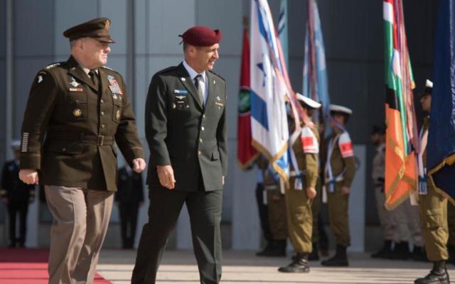 Le chef d'état-major des armées américaines Mark Milley, et le chef d'état-major israélien Aviv Kohavi lors d'une cérémonie dans les quartiers généraux de l'armée, à Tel Aviv, le 24 novembre, 2019. (Crédit : IDF)
