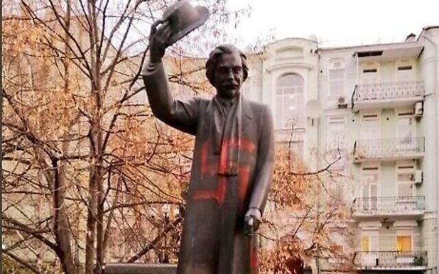Un monument du centre-ville de Kiev, en hommage à l'auteur et humoriste yiddish Sholem Aleichem vandalisé, le  25 novembre 2019. (Crédit : Twitter)