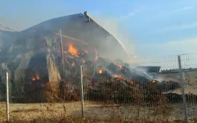 Un silo de paille en flammes dans le village de Nahalal, au nord du pays, le 11 novembre 2019 (Capture d'écran : Services d'incendies et de secours/Capture d'écran : Twitter)