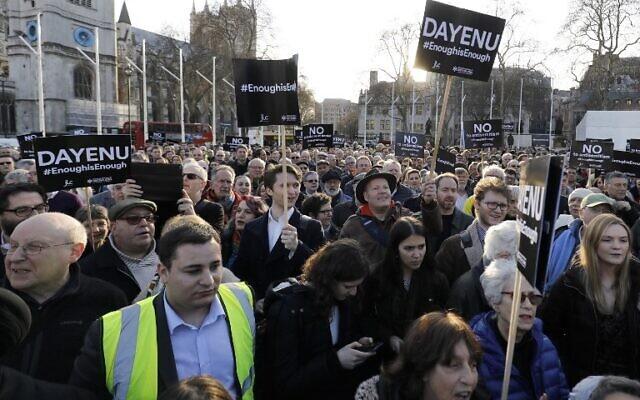 Des membres de la communauté juive organisent une manifestation contre le chef du Parti travailliste de l'opposition britannique Jeremy Corbyn et l'antisémitisme au sein du Parti travailliste, devant les chambres du Parlement britannique au centre de Londres, le 26 mars 2018. (Crédit : AFP/Tolga Akmen)