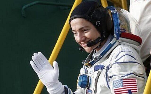 Jessica Meir, membre d'équipage de la Station spatiale internationale et astronaute américaine de la NASA, salue alors qu'elle monte à bord du vaisseau spatial Soyouz MS-15 avant qu'il ne décolle à destination de l'ISS, le 25 septembre 2019, sur le cosmodrome de Baikonour loué à la Russie, au Kazakhstan. (Crédit : Maxim Shipenkov/Pool/AFP)