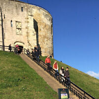 Les marches en pierre menant à la tour de Clifford, à York, site du plus célèbre bain de sang antisémite de l'histoire médiévale anglaise. (Times of Israel staff)