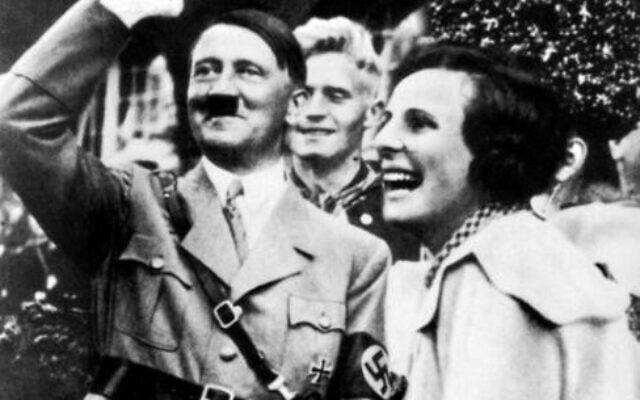 """Adolf Hitler et Leni Riefenstahl pendant le tournage du 3triomphe de la Volonté"""", en 1934 (Crédit : Domaine public)"""