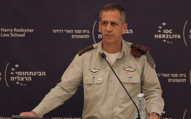 Le chef d'état-major de l'armée israélienne, Aviv Kohavi, lors d'une conférence à la mémoire de l'ancien chef d'État-major Amnon Lipkin-Shahak, au Centre interdisciplinaire d'Herzliya, le 25 décembre 2019. (Crédit : Armée israélienne)