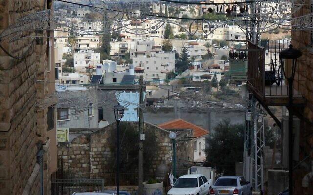 Vue depuis l'église catholique donnant sur le symbole de la Menorah sur l'ancienne synagogue de Shfaram. (via Zman Yisrael)