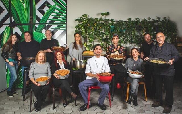 Un éventail de chefs de restaurant et leur spécialité, le tchoulent ou la dafina, des ragoûts de viande cuits longtemps servi traditionnellement le jour du shabbat (Crédit :  Shuk Tzafon).