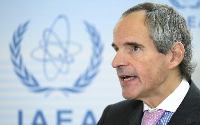 Sur cette photo prise le 2 octobre 2019, l'un des quatre candidats au poste de directeur général de l'Agence internationale de l'énergie atomique (AIEA), l'Argentin Rafael Grossi, s'adresse à la presse après une audience. (Crédit : JOE KLAMAR / AFP)