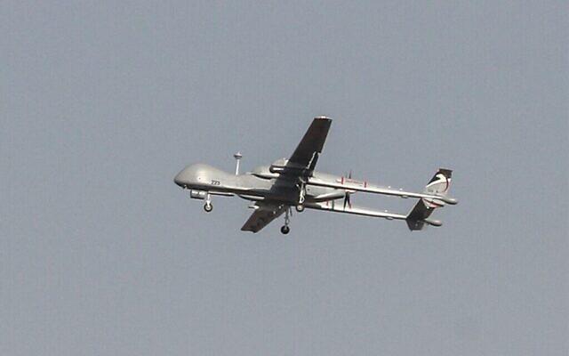 Un drone Heron de l'armée israélienne survole la ville d'Ashdod, dans le sud d'Israël, le 13 novembre 2019. (Ahmad Gharabli/AFP)