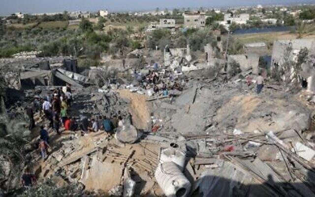 Les Palestiniens examinent les destructions suite à une frappe aérienne israélienne, le 14 novembre 2019, à Khan Yunis dans le sud de la bande de Gaza. (Crédit : DIT KHATIB / AFP)